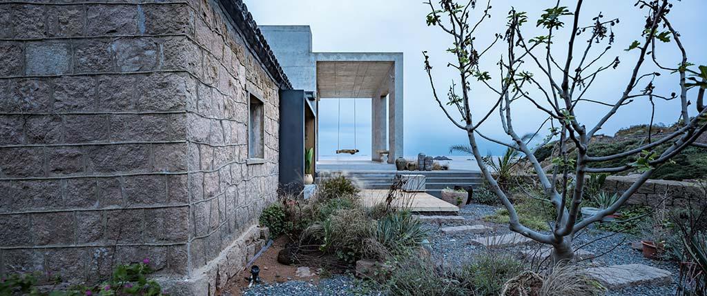 Дом на скале с красивым видом на море