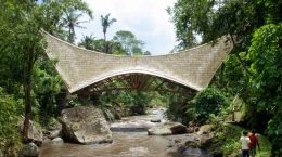 Деревянный мост без единого гвоздя в Индонезии от IBUKU