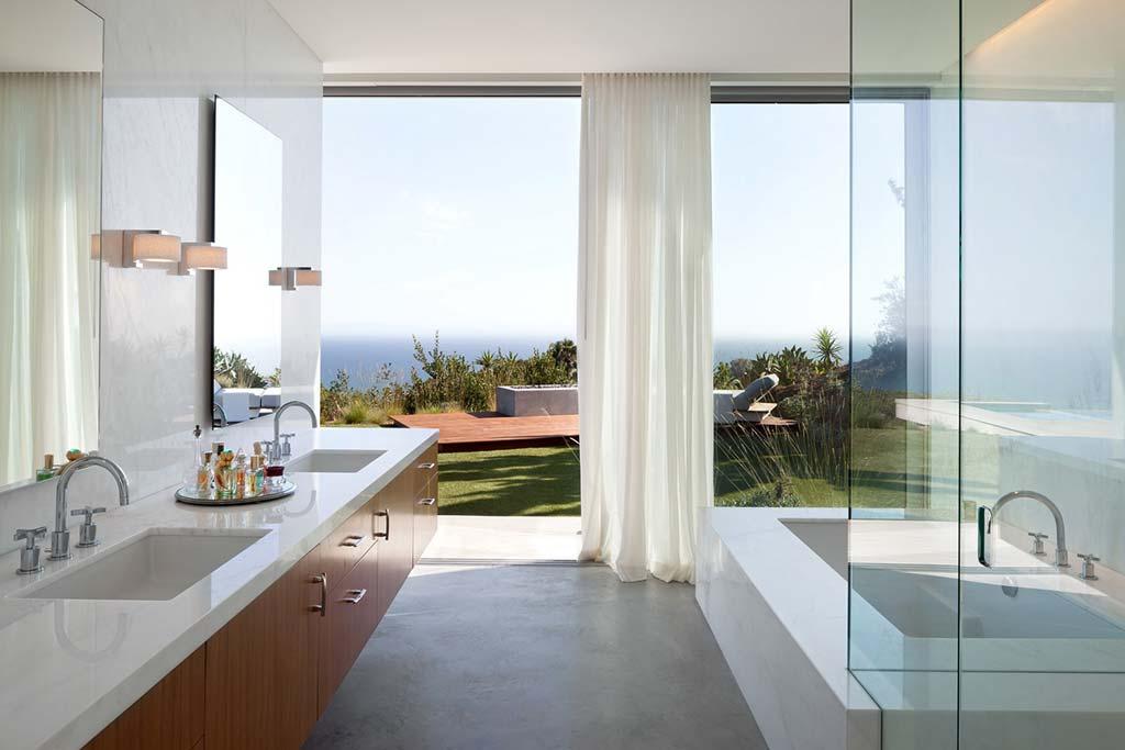 Ванная комната с видом на океан. Дом от Ehrlich Architects
