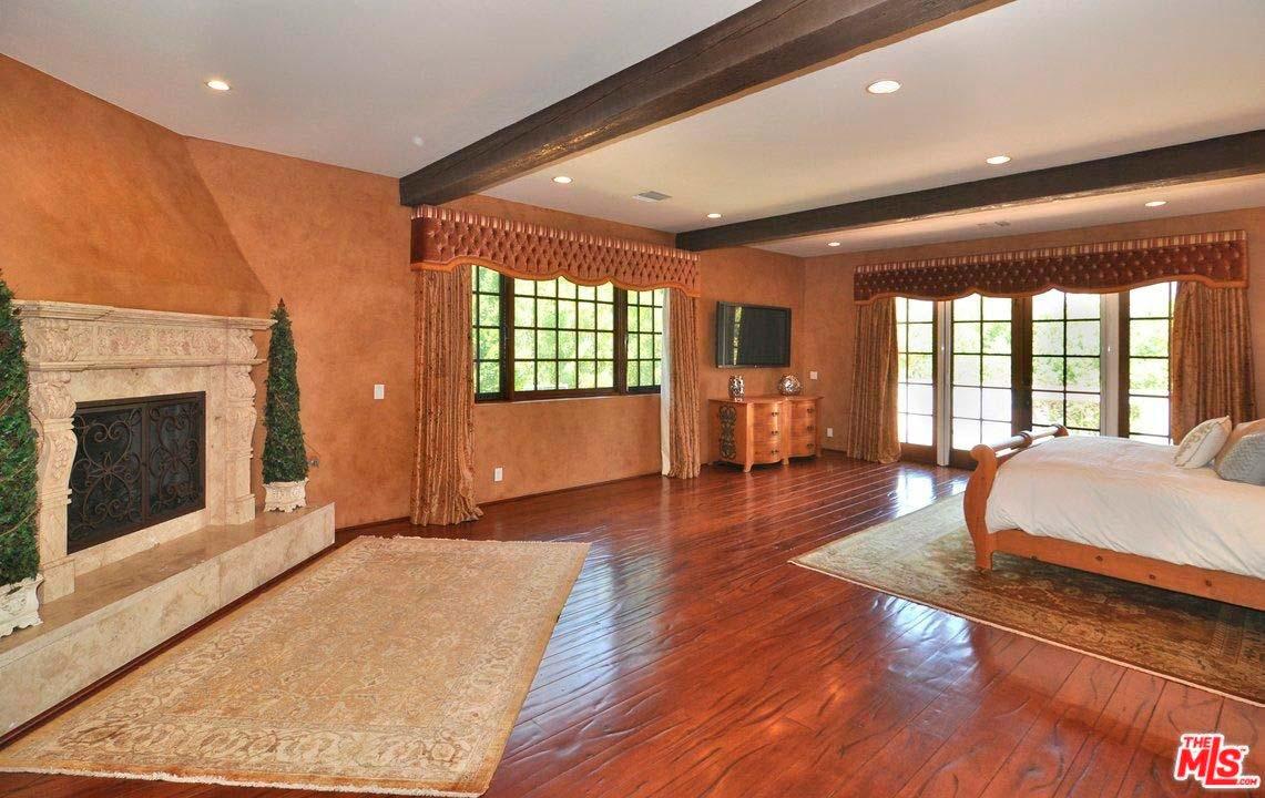 Дизайн спальни с камином и деревянным полом