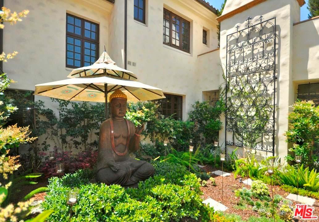 Сад для медитации со статуей Будды