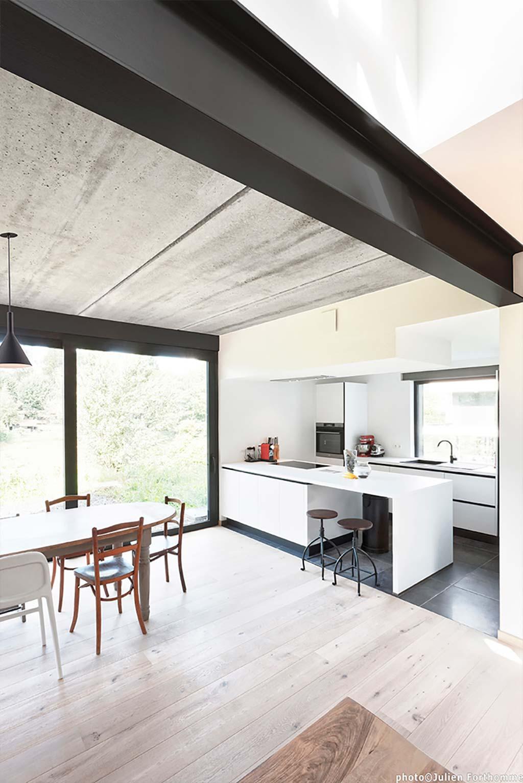 Кухня столовая частного дома от URBAN architectes