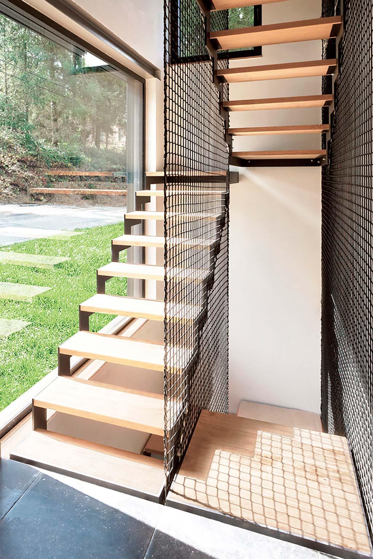 Лестница трёхэтажного дома. Дизайн URBAN architectes