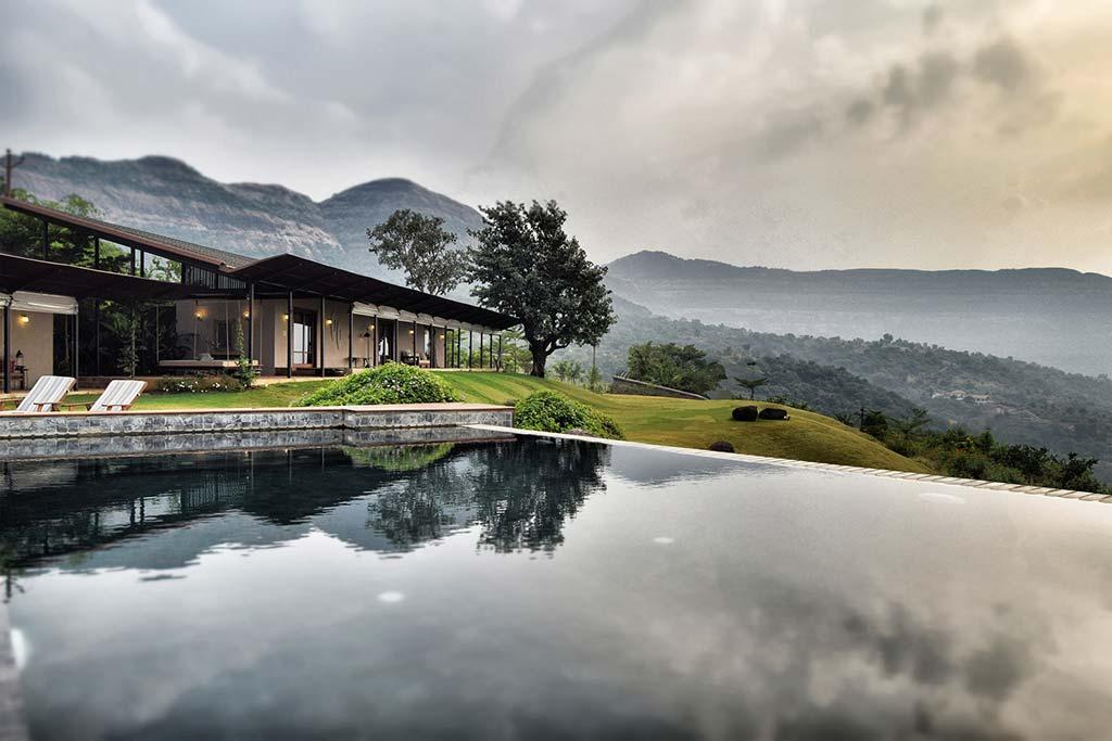 Загородный дом с бассейном в Индии от Spasm Design