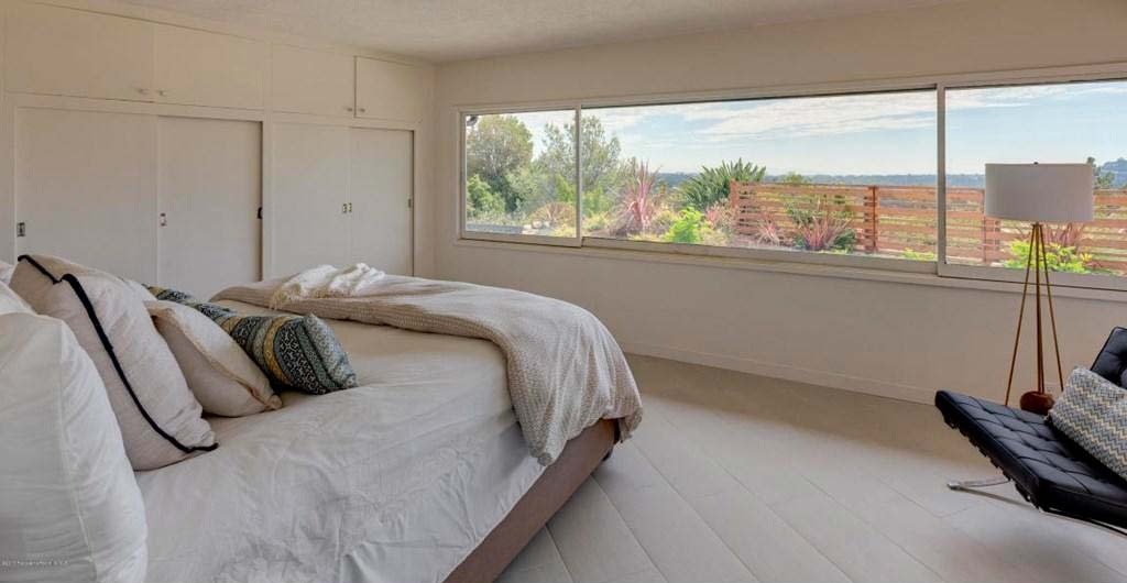 Спальня с широким окном