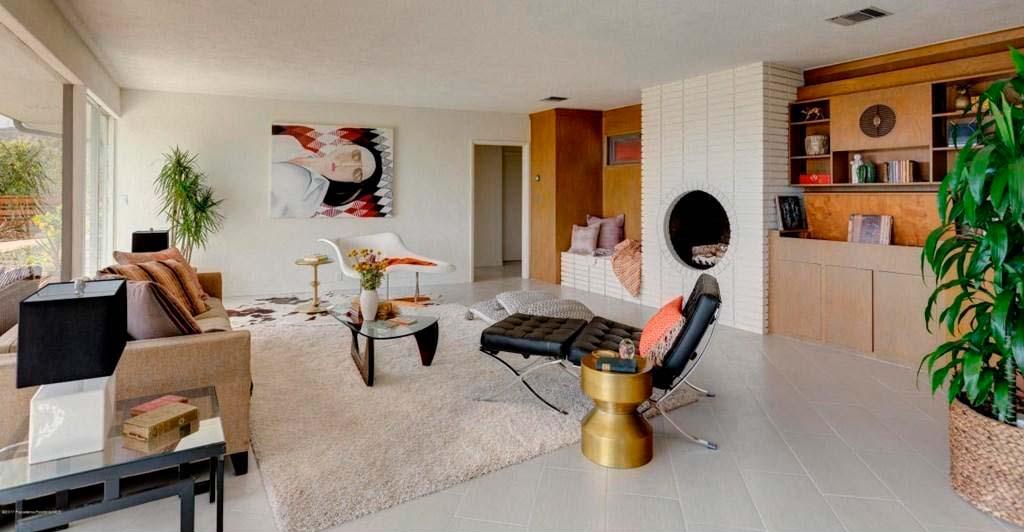 Красивый ковёр на полу в гостиной