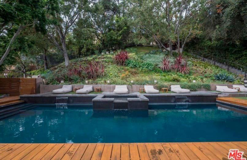 Бассейн и спа на заднем дворе дома в Лос-Анджелесе