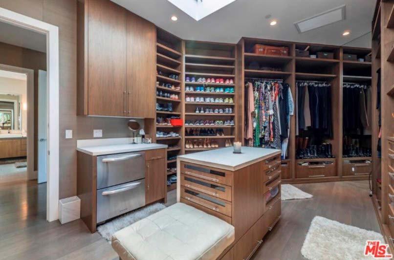Большой гардероб в доме знаменитости Челси Хэндлер