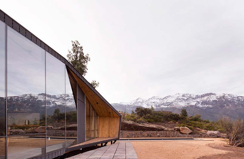 Деревянный дом в горах Чили - убежище альпинистов