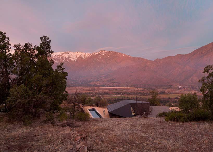Деревянный дом с панорамным видом на горы в Чили
