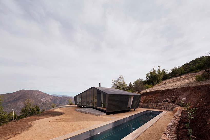 Деревянный дом с бассейном в горах Чили