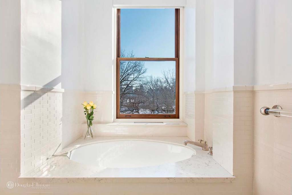 Ванная комната с видом на Центральный Парк