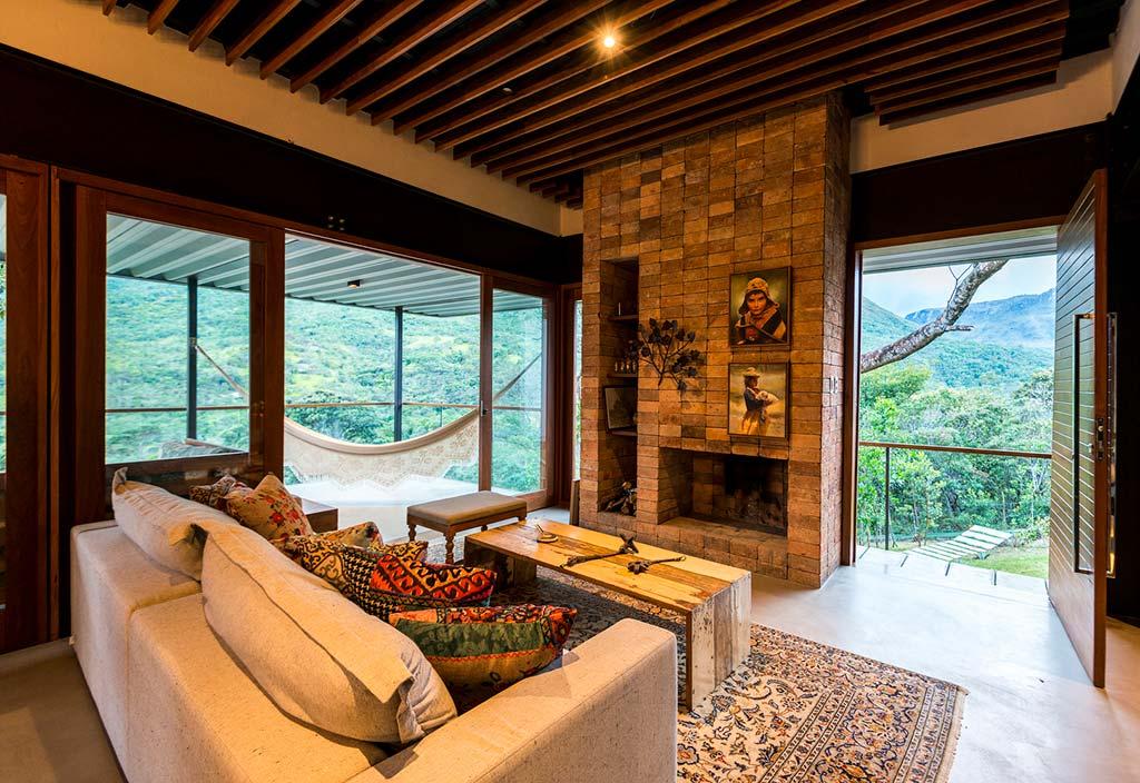 Кирпичный портал камина в дизайне дома