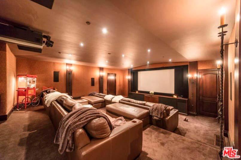 Домашний кинотеатр в доме Луи Томлинсона