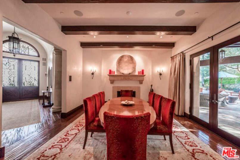 Домашняя столовая с камином