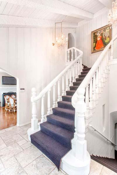 Парадная белая лестница в доме