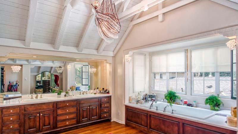 Мебель в классическом стиле в ванной комнате