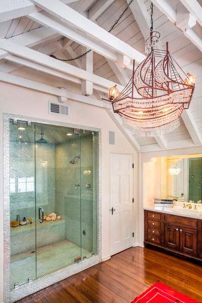 Стеклянная душевая с ванной комнате