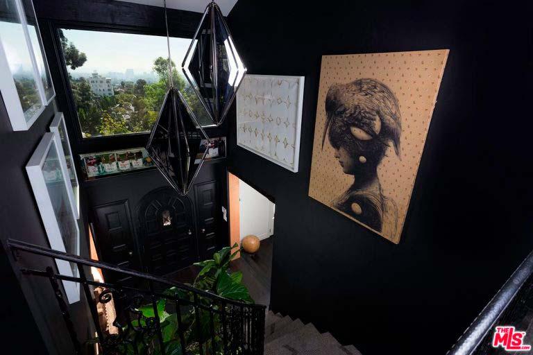 Черное фойе с лестницей