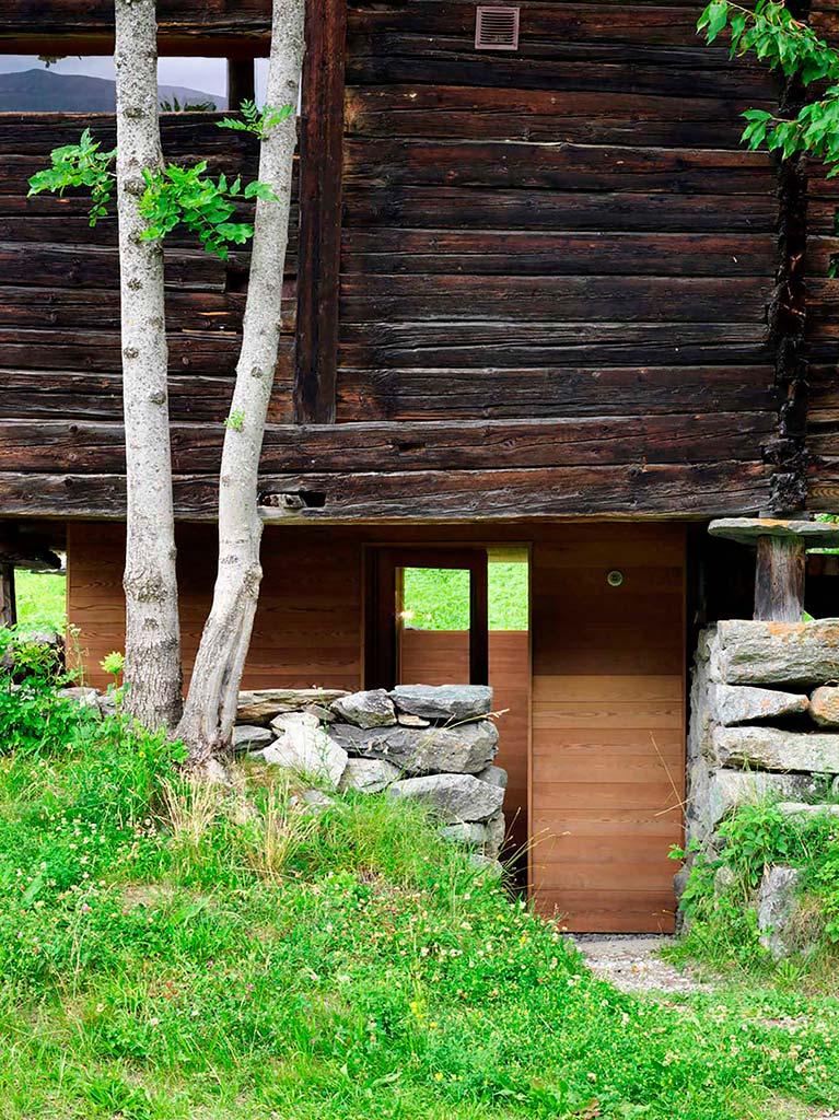 Ветхий деревянный дом в горах Швейцарии