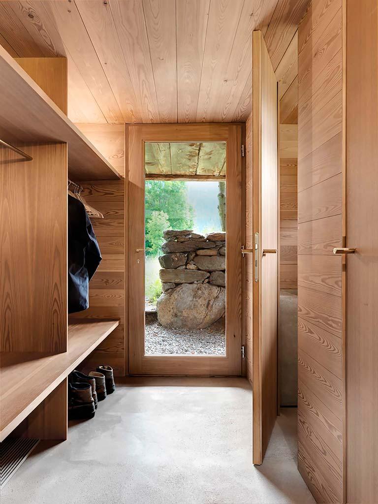 Дизайн прихожей в деревянном доме от Rapin Saiz Architects