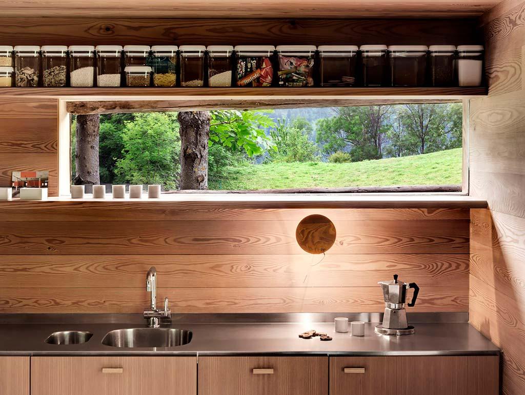 Кухня с красивым видом на Швейцарские Альпы