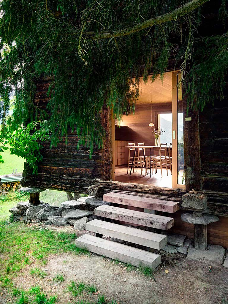 Деревянный домик в горах Швейцарии