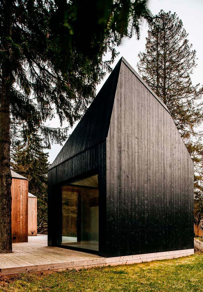 Современный деревянный дом в лесу
