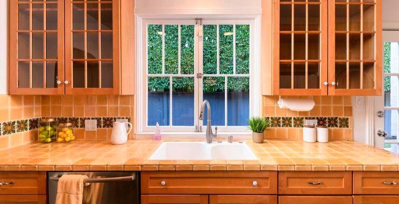 Столешница на кухне выложена плиткой