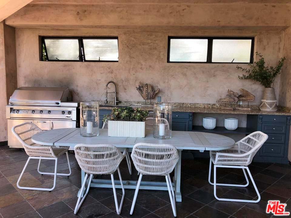 Уличная кухня и барбекю у дома