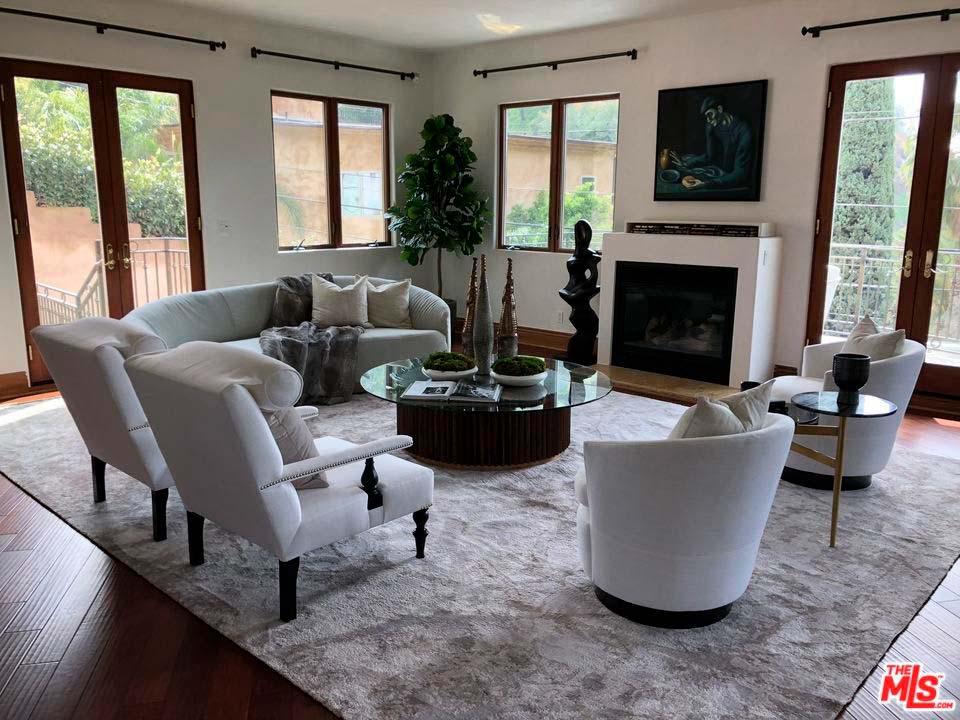 Дизайн комнаты с диваном и камином