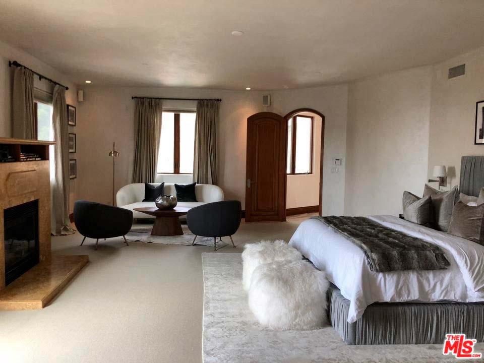 Большая спальня с диваном и камином
