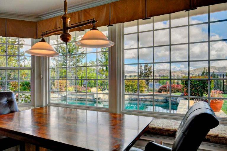 Домашний кабинет с видом на бассейн