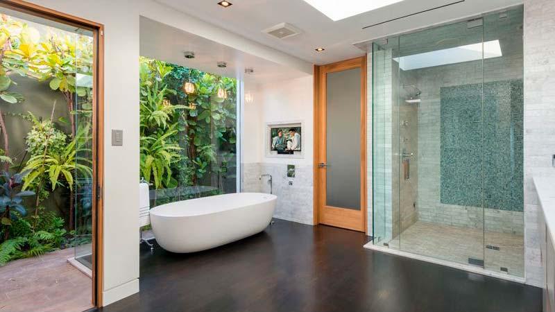 Ванная комната с видом на тропические заросли