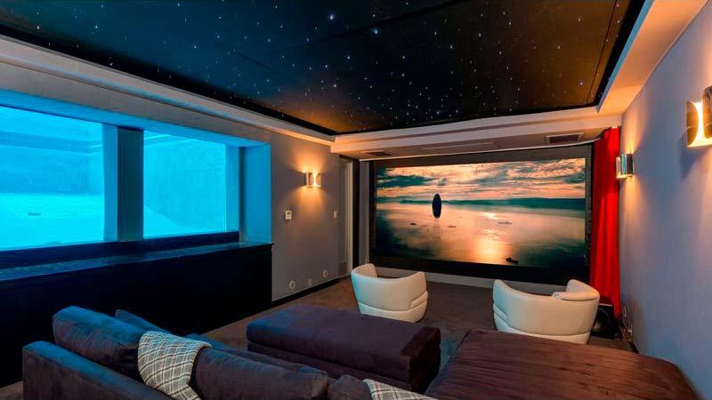 Подземный кинотеатр с окнами в бассейн
