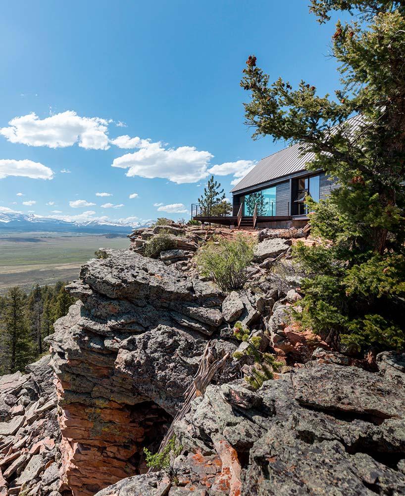 Дом на скале в Колорадо с живописным видом на долину