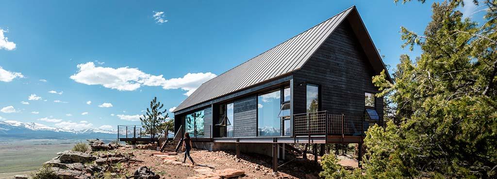 Красивый дом на скале в Колорадо