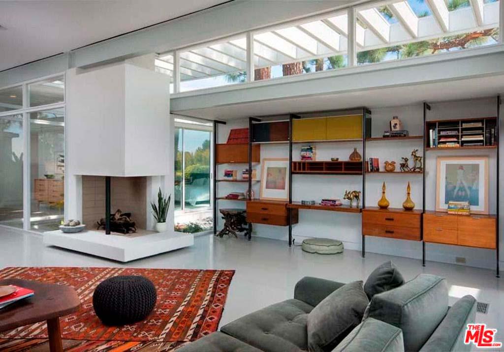 Стильный камин в дизайне гостиной