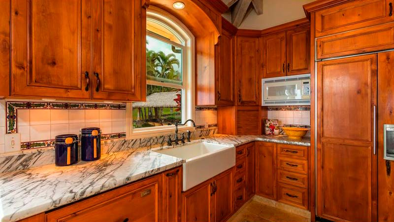 Керамическая раковина на кухне