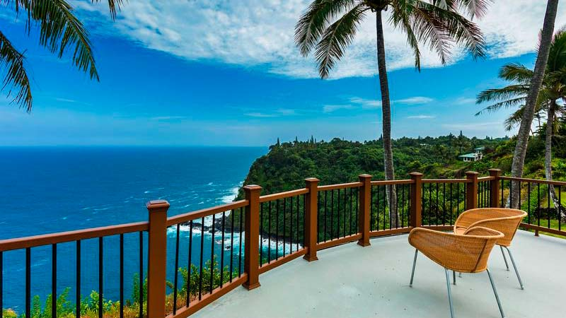 Терраса виллы на Гавайях с видом на океан