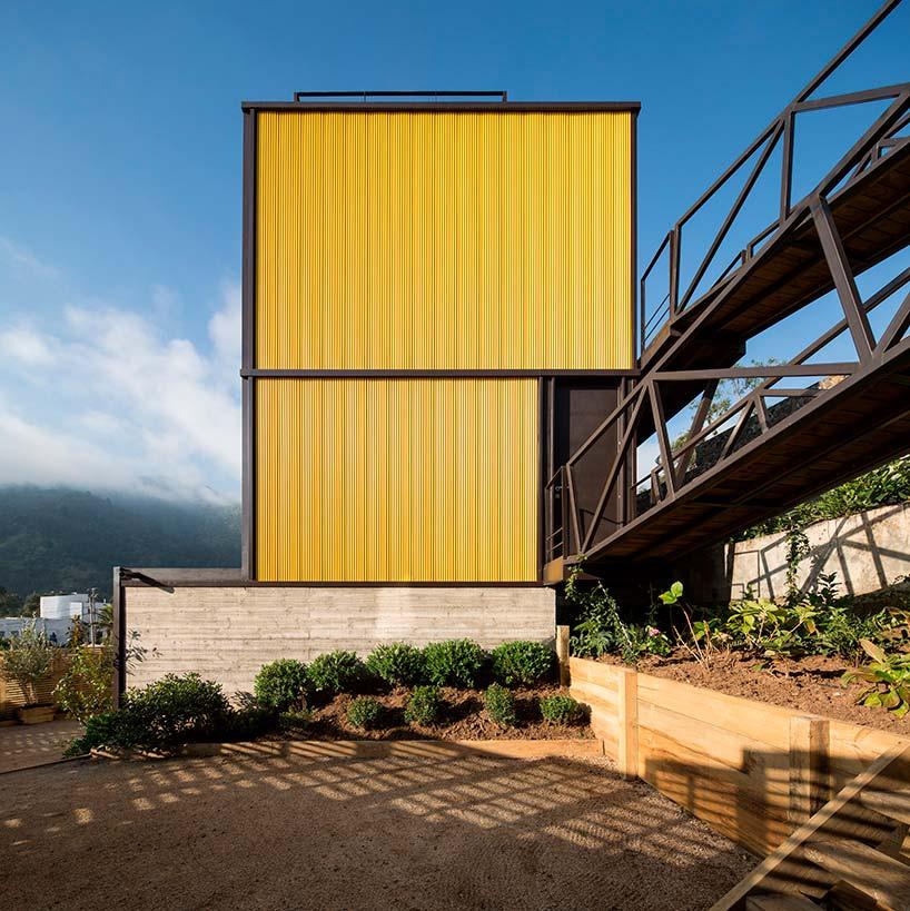 Дом-тетрис на берегу Тихого океана в Чили
