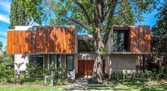 Дом в гармонии с деревьями от Besonias Almeida | фото