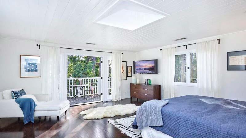 Красивая спальня с балконом