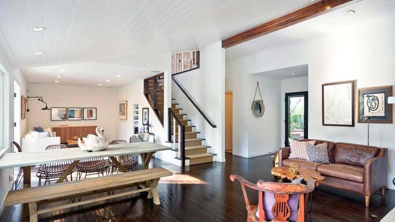 Дизайн гостиной-столовой на первом этаже дома