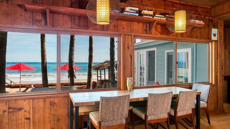 Кухня дома с видом на Тихий океан