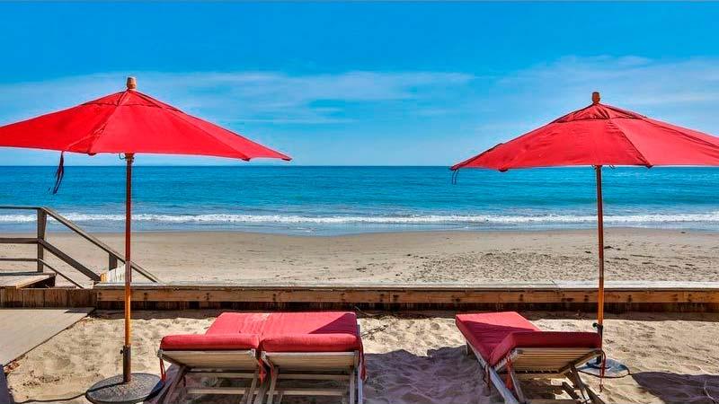 Шезлонги на песке у океана во дворе дома Эдварда Нортона