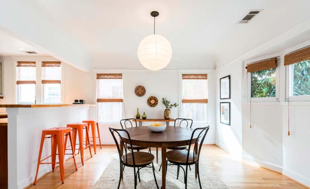 Обеденный стол на кухне с барной стойкой