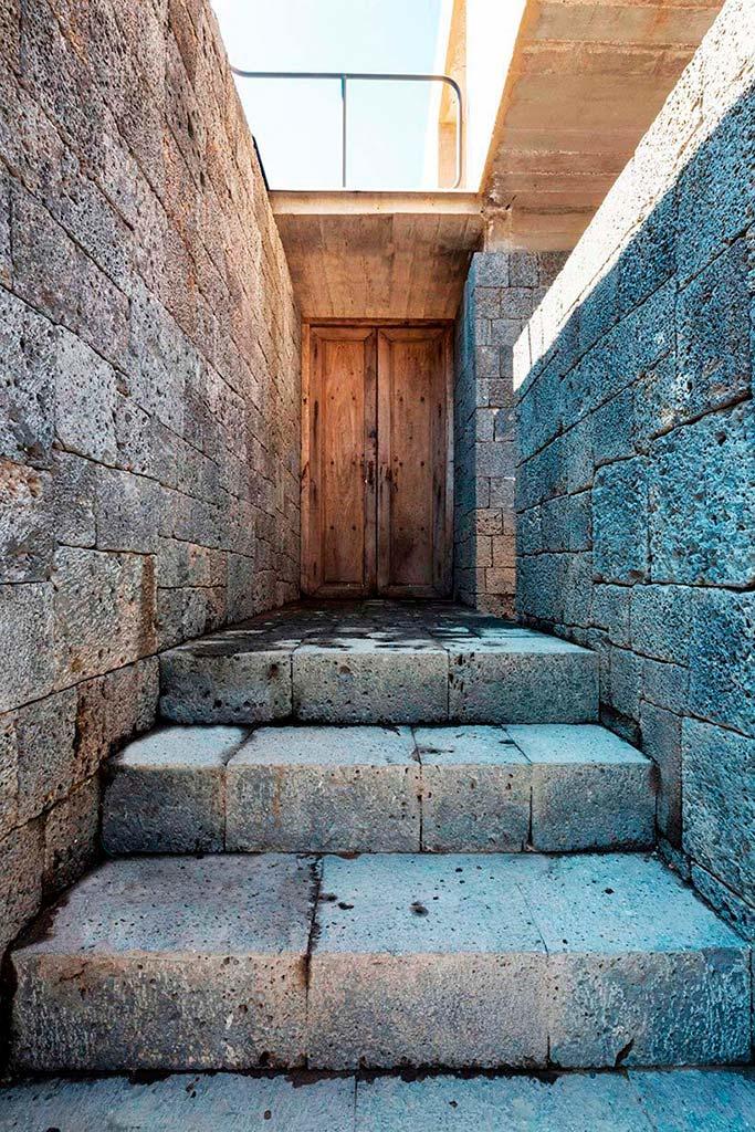 Каменные ступени в дом. Проект REA