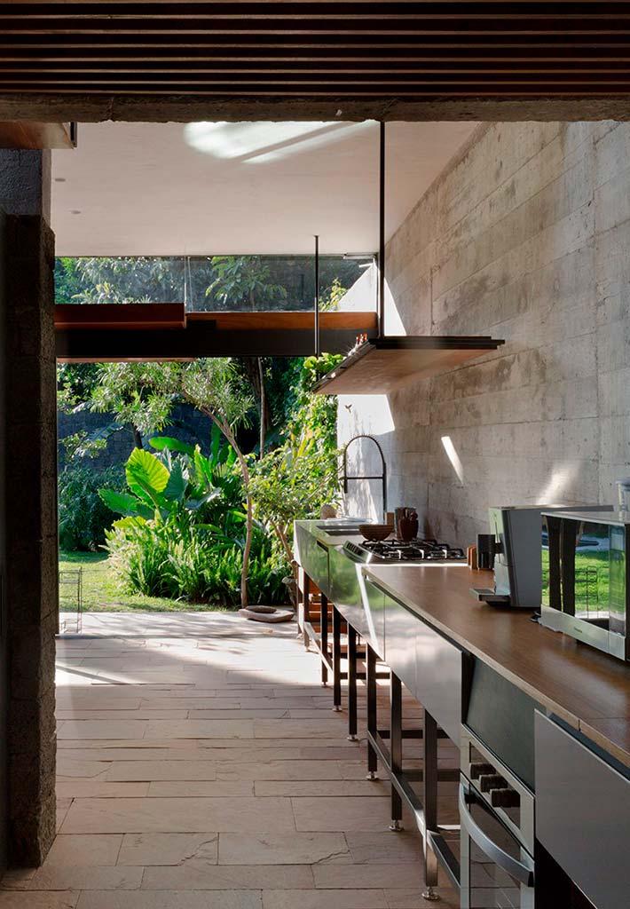 Современная кухня из нержавейки в каменном доме