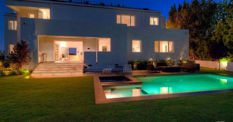 Бассейн с подсветкой у дома